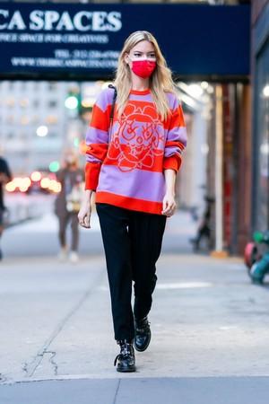 Фото №2 - Яркий свитер + монохромная база: Марта Хант показывает, что носить в осенние будни