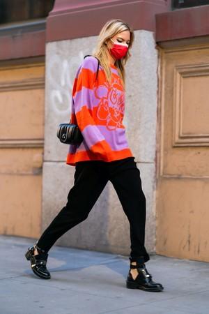 Фото №4 - Яркий свитер + монохромная база: Марта Хант показывает, что носить в осенние будни