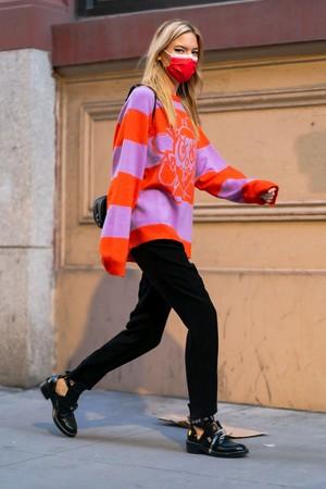 Фото №1 - Яркий свитер + монохромная база: Марта Хант показывает, что носить в осенние будни
