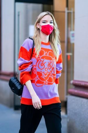 Фото №3 - Яркий свитер + монохромная база: Марта Хант показывает, что носить в осенние будни