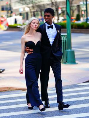Фото №1 - Нью-Йорк, Tiffany, любовь: прекрасная Аня Тейлор-Джой гуляет по Манхэттену в украшениях мечты