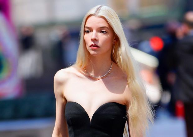 Фото №3 - Нью-Йорк, Tiffany, любовь: прекрасная Аня Тейлор-Джой гуляет по Манхэттену в украшениях мечты